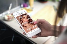 phone-in-hand_Start-screen_EN